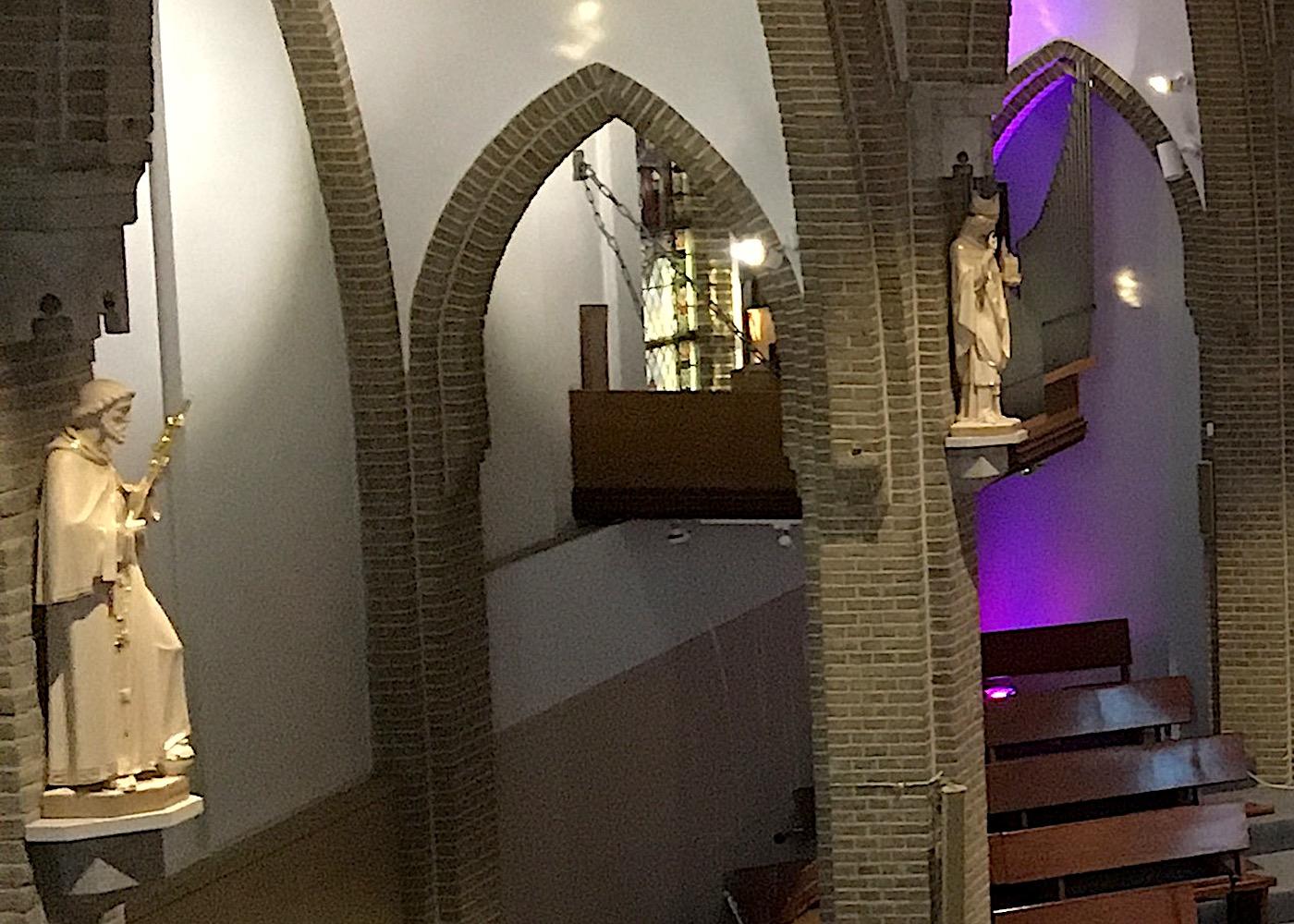Beelden aan de pilaren in de St. Josephkerk
