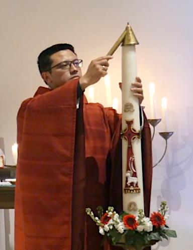 Doven paaskaars aan het einde van de pinksterviering