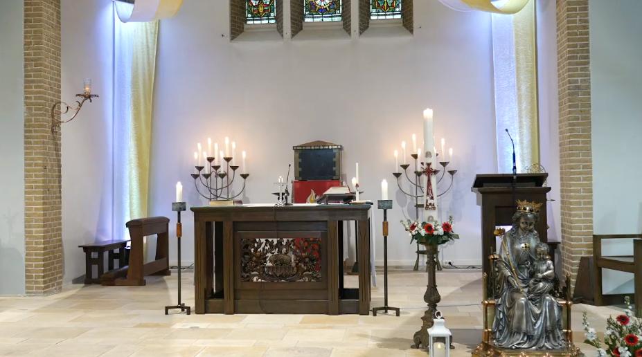 Bloemengroep versierd het priesterkoor